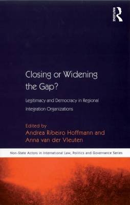 Closing or Widening the Gap? - Legitimacy and Democracy in Regional Integration Organizations (Electronic book text): Andrea...